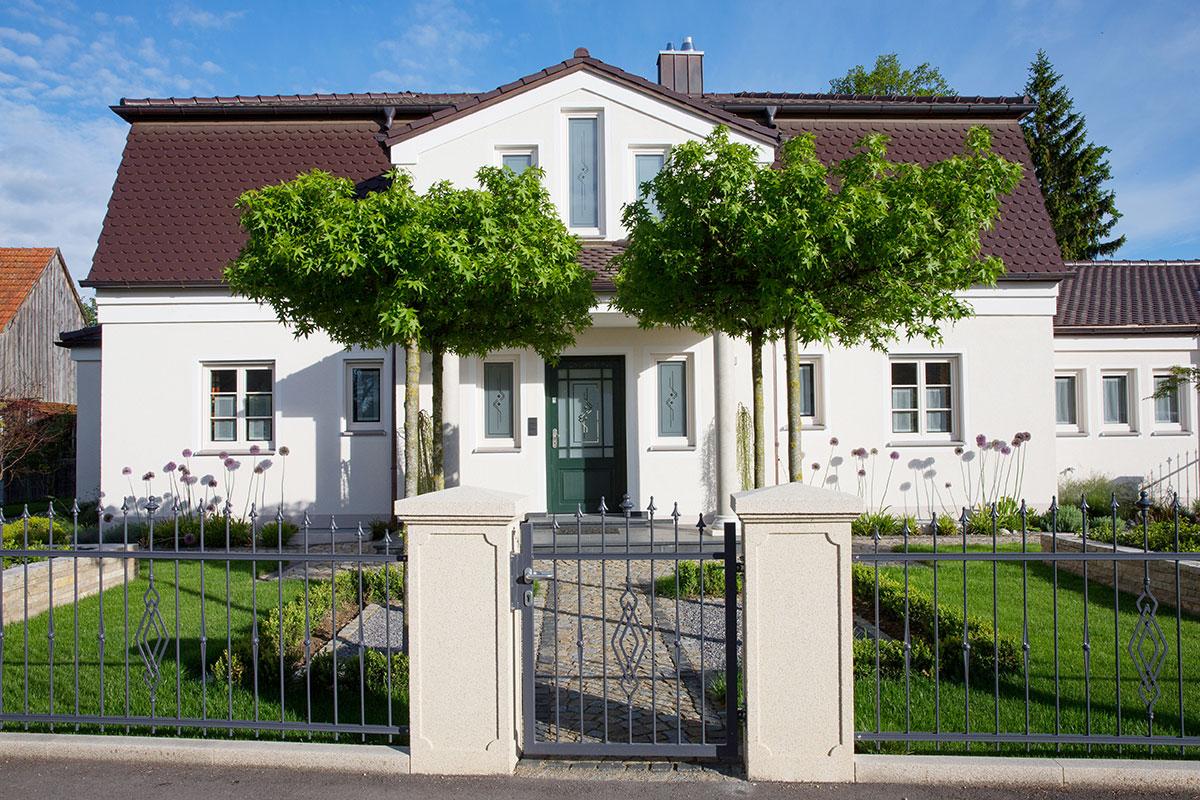 https://galabau-thaler.de/content/6-inspiration/1-hausgaerten/13-garten-13/wohnhaus-vorne.jpg