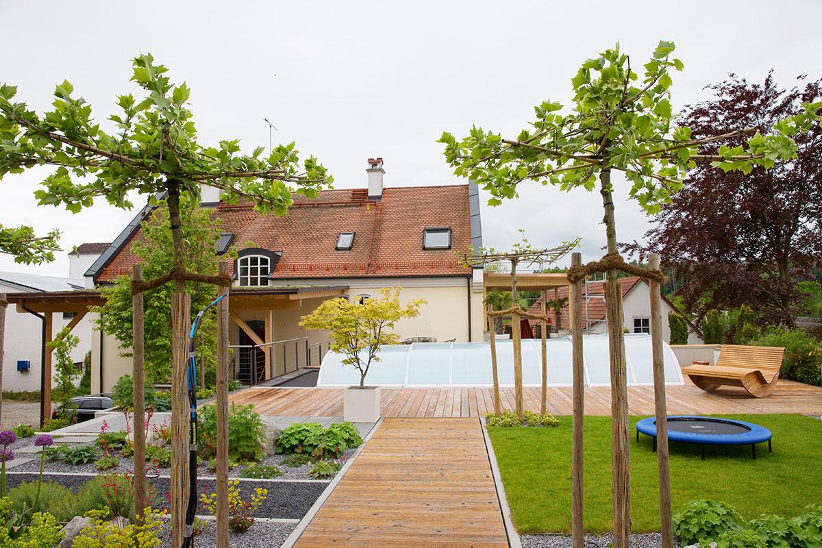 http://galabau-thaler.de/content/6-inspiration/1-hausgaerten/8-garten-8/schwimmen-wasser-wohnen.jpg